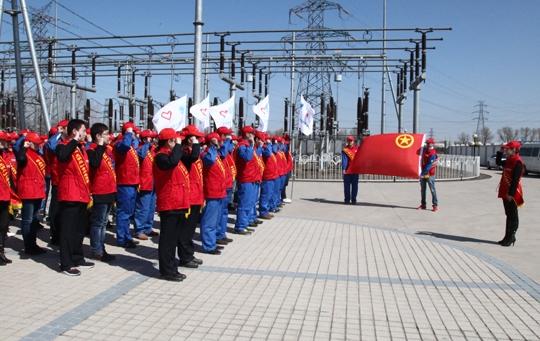 图为青年电力员工开展道德建设教育活动