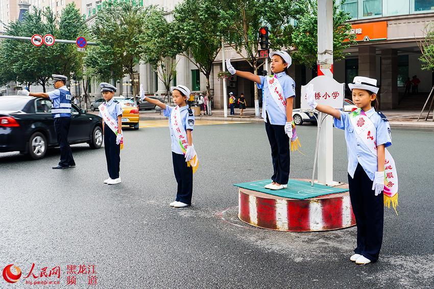 """浙江黄岩""""小交警""""指挥交通"""