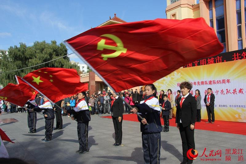 学生升党旗的手绘画