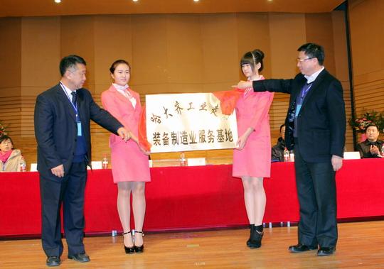 齐齐哈尔市副市长王志鹏、齐齐哈尔大学校长马立群为装备制造服务基