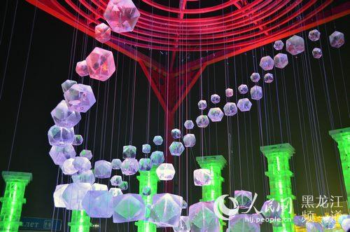 哈尔滨冰雪大世界冰雕艺术品流光溢彩.方圆