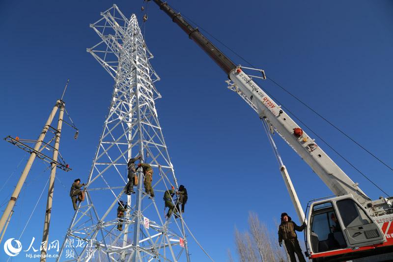 雪乡66千伏输电线路双回路终端塔架设现场.任海霞