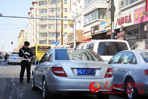 """哈尔滨严查地铁施工街路周边违停车 霸道""""车辆被取缔"""