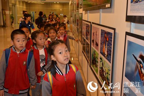 小学生们参观摄影展.郑健