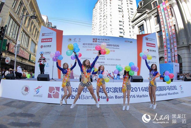 2016哈尔滨国际马拉松比赛鸣枪开跑(组图)