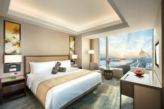 香格里拉大酒店位于松花江北畔,地处松北商区的中心,毗邻太阳岛公园