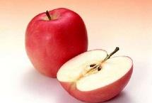 10大廉价长寿食物 竟然每天都在吃每日吃一个苹果可以大幅降低患老年痴呆症的风险 苹果含有的栎精不仅具有消炎作用 ,还能阻止癌细胞发展 苹果同时富含维生素和矿物质  ,能够提高人体免疫力 ,改善心血管功能【详细】卫生健康|健康图集