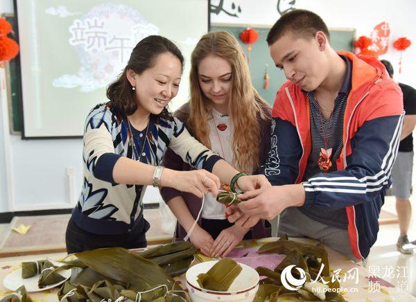 留学生在黑龙江体验端午传统文化