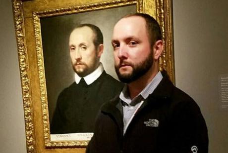 """网友展示与油画人像合照 相似度惊人美国艺术博客网站""""无聊熊猫""""上汇集了一系列令人称奇的照片。画面中的人们站在博物馆的一张张人物肖像油画旁,样貌与画中人物的相似度惊人。【详细】国际热图"""