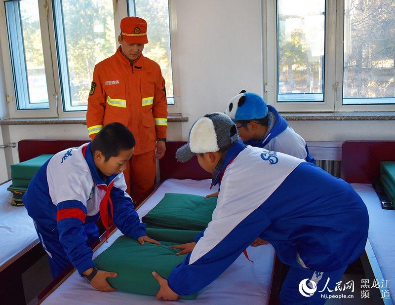 武警大兴安岭地区森林支队官兵教学生整理内务。
