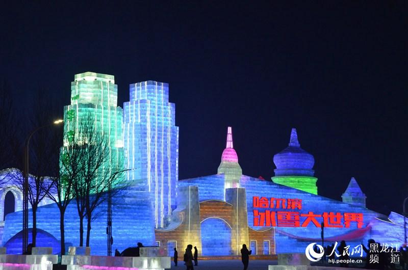 与往年不同的是,今年哈尔滨冰雪大世界突破创新了冰上赛车,雪地冲锋