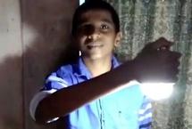 印度一男孩身体触碰灯泡能将其点亮印度一名青少年称自己拥有一项奇异能力,能够通过触碰点亮灯泡,只需将灯泡在其手、脚、甚至头上轻轻触碰一下,灯泡就会亮起来。【详细】国际热图