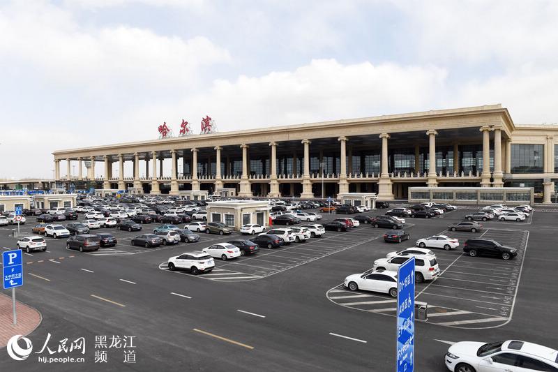 人民網哈爾濱4月12日電(汪曉濤)哈爾濱機場新建T2航站樓近期即將投用,規模多大?內外裝修什麼樣?增設了哪些配套設施?採用了哪些新技術?日前,哈爾濱太平國際機場為大家揭開了新航站樓的神秘面紗。 機場規模擴大 年旅客吞吐量達1800萬人次 據了解,哈爾濱太平國際機場擴建工程按滿足目標年2020年旅客吞吐量1800萬人次(其中國內1575萬人次,國際225萬人次),年貨郵吞吐量17.