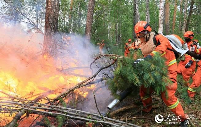 黑龙江大兴安岭过境林火火线约10公里 3600余人参与扑救