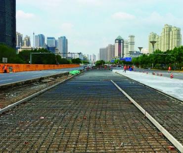 哈尔滨市道里区群力大道部分车道封闭        在哈尔滨市道里区群力大道上,地铁三号线工程开始施工...
