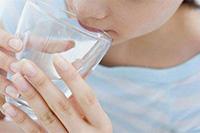 盛夏要喝温开水夏天,应该养成喝温开水的习惯,尽量少喝或不喝冷水或冷饮。与体温相近的温水分子能较快排列整齐地进入肠壁,所以能解渴。另外,喝了温饮出点汗,可带走体内部分热量,这样饮水对身体无害。【详细】卫生健康
