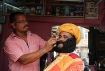 印男子蓄6.7米胡子破世界纪录印度男子吉达尔・维亚斯(Girdhar Vyas)蓄有总长22英尺(约6.7米)的胡子,是目前世界上最长的。为使胡子柔滑,吉达尔每天都要花上3个小时来打理它。【详细】国际新闻|国际热图