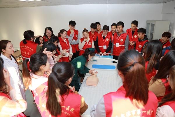哈尔滨市第一医院为大年夜学生自愿者进行急救常识培训
