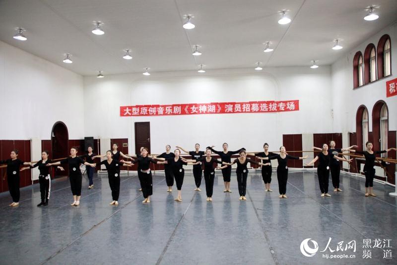 人民网哈尔滨10月30日电(焦洋)近日,由黑龙江省歌舞剧院精心打造的国家艺术基金资助项目音乐剧《女神湖》进入紧张的排练阶段。作为冰雪节期间的重头戏,该剧将于12月10日与冰城观众见面。 被称为地球之肺的湿地,以其生态资源丰富、自然景观质朴、历史印记鲜明、环保价值深厚,而越来越受到人们的青睐,成为令人神往的纯净之地。