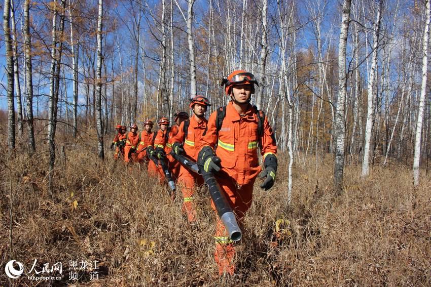 森林消防局大兴安岭支队的消防员开展日常巡护,严防森林火灾发生.
