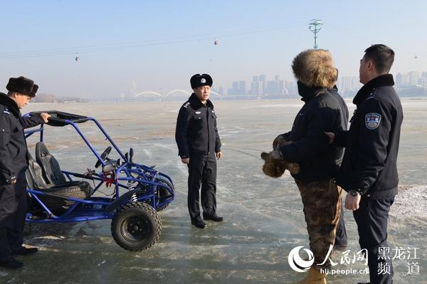 哈���I市一男子非法��I冰上�目且暴力抗法已被警方刑拘