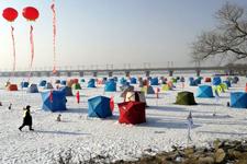 黑龙江省大众冰钓公开赛在长岭湖开杆