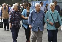 养老金15连涨!这几类人涨得更多人社部、财政部联合下发通知,2019年继续统一调整企业和机关事业单位退休人员基本养老金,总体上调5%左右。预计将有1.18亿名退休人员受益。今年养老金总体调整水平按照2018年退休人员月人均基本养老金的5%左右确定。【详细】社会政法|社会热图