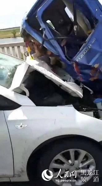 大庆一轿车与三轮摩托车相撞致2人死亡