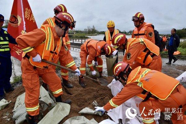 """黑龙江鹤岗消防全力迎战台风""""玲玲"""" 成功处置河流漫堤转移群众148人"""