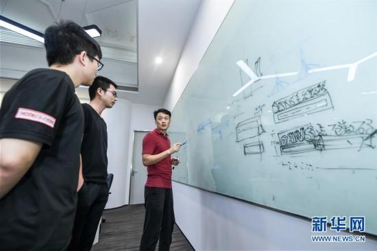 """在位于深圳市罗湖区的视效创意公司点石数码,设计师在创意阶段进行""""头脑风暴"""